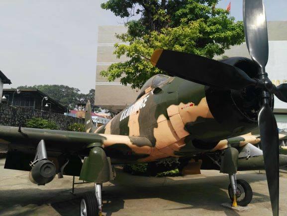 Flugzeug vor dem Museum Saigon